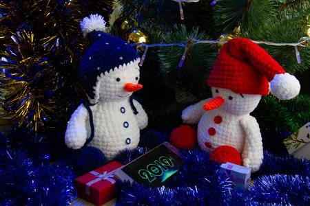 snowmen figurines with smartphone