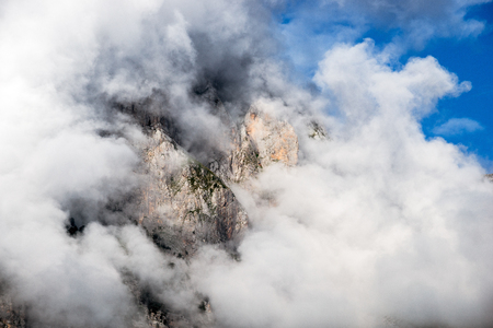 unforgettable: unforgettable and exciting spirit of the spectacle, the mountains and cliffs in the clouds