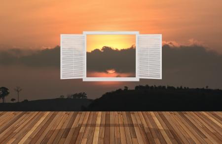 opening window: sol en el crep�sculo detr�s de la ventana que se abre, 3D Foto de archivo