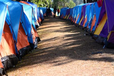 colorata di tende da campeggio su terreno