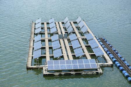 Floating pannelli solari su un lago