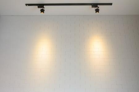 muro di mattoni bianchi con la luce della pista Archivio Fotografico