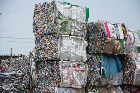 crushed aluminum cans: pl�stico y puede perder en un sitio de reciclaje