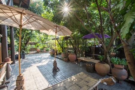 Rilassante giardino in un salotto in stile Thai