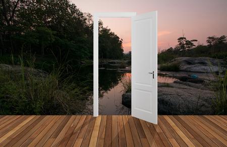 abriendo puerta: Paisaje detrás de la puerta que se abre, 3D Foto de archivo