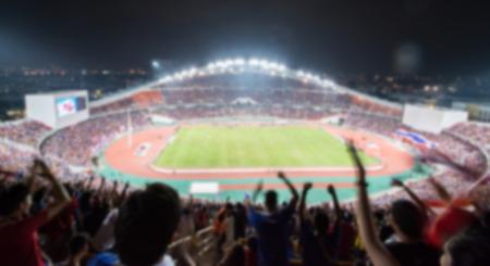 onscherpe achtergrond van voetbal of voetbalstadion bij schemering