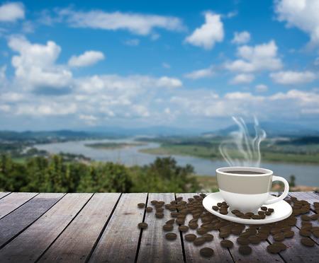 taza cafe: Taza con t� en la mesa sobre el r�o