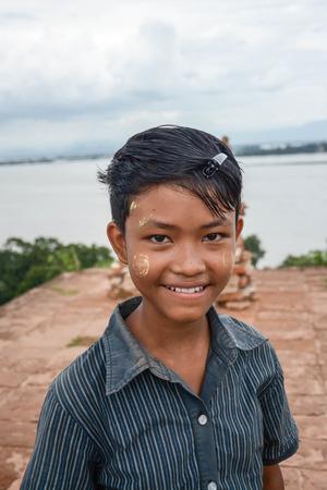 thanaka: MANDALAY, MYANMAR - AUGUST 01: Unidentified Burmese children smiling with thanaka paste on the face posing on August 01, 2015 in Mandalay, Myanmar