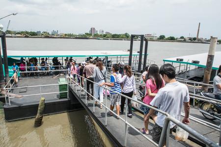 disembark: SAMUTPRAKARN - AUGUST 29: Passengers board and disembark a boat on Chao Phraya river on August 29, 2015 in Samutprakarn, Thailand. Editorial