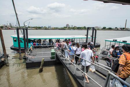 samutprakarn: SAMUTPRAKARN - AUGUST 29: Passengers board and disembark a boat on Chao Phraya river on August 29, 2015 in Samutprakarn, Thailand. Editorial