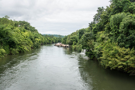 Sai Yok ヤイ滝流れるクウェー川、Sai Yok 国立公園、カンチャナブリ、タイに直接