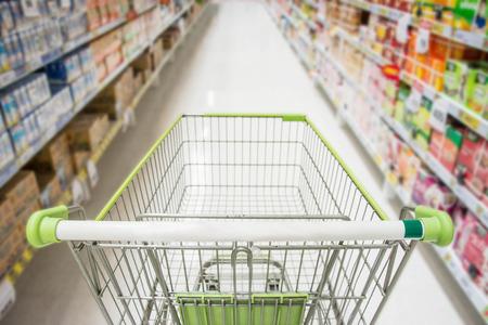 Supermercato interno, verde vuoto carrello della spesa.