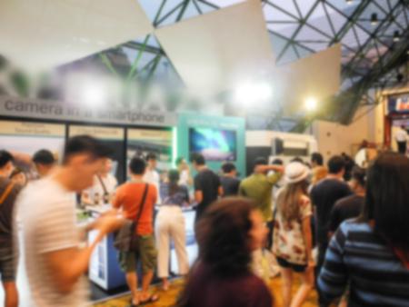 Abstracte mensen lopen in de tentoonstelling vage achtergrond Stockfoto