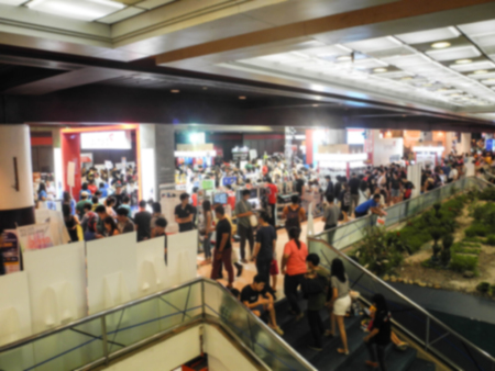 Abstrakt Menschen zu Fuß in Ausstellungs verschwommen Hintergrund