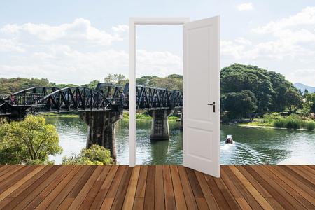 baranda para balcon: Paisaje detrás de la puerta que se abre