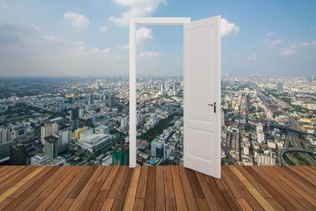 abriendo puerta: Paisaje detrás de la puerta que se abre