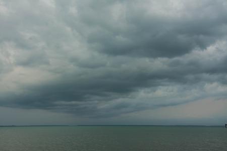 dunkle Wolken vor einem Gewitter