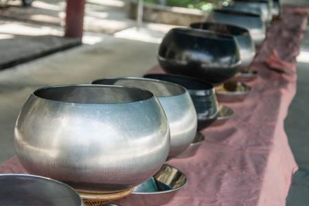 limosna: Monje budista de cuenco de las limosnas.