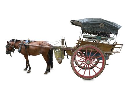 Pferd mit Wagen isoliert auf weißem Hintergrund