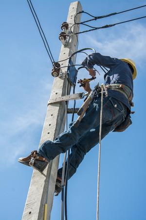 Elettricista, lavorare, elettrico, palo, cielo, blu Archivio Fotografico - 81314049