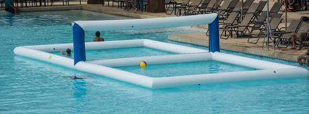 pallavolo nella piscina d'acqua Archivio Fotografico