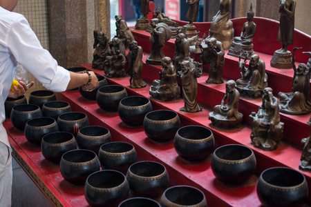 Many coins for get lucky in Dragon Temple Kammalawat, Thailand 新聞圖片