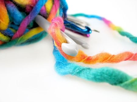 weave ball: YARN WITH DIFFERENT SIZE OF CHROCHET HOOKS OVER WHITE