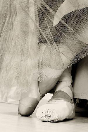 zapatillas ballet: Un par de zapatillas de ballet y desgastado, estudio de disparo Negro y blanco