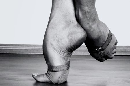 pies bailando: Close up a los pies de bailarina contempor�nea