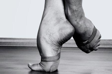 danza contemporanea: Close up a los pies de bailarina contemporánea