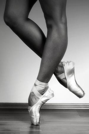 zapatillas ballet: Bailarina bailando en punto en estudio, blanco y negro ND filtrado