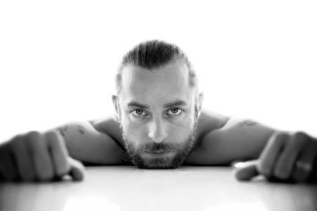 hombre con barba: Retrato emocional de un hombre barbudo