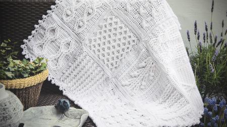 Häkeln Zopfmuster Babydecke In Creme Weiß Und Braun Farbe Auf Sofa