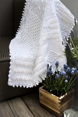 Häkeln, Zopfmuster Afghanische Baby-Decke In Weiß Auf Sofa Mit ...