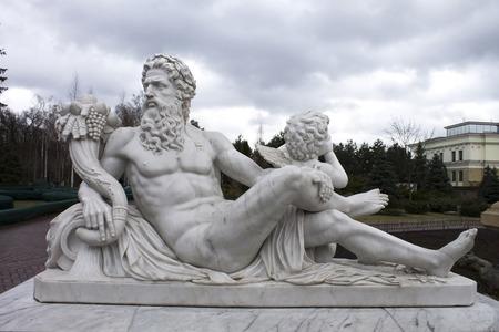 arte greca: scultura potente di Zeus e il cielo, classico arte greca
