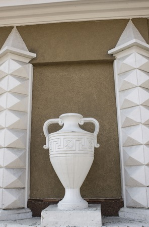 vasi greci: Ornament on the building in the Roman style vase