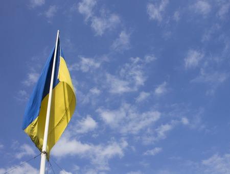 autonomia: Bandera de Ucrania como un símbolo de la independencia contra el cielo Foto de archivo