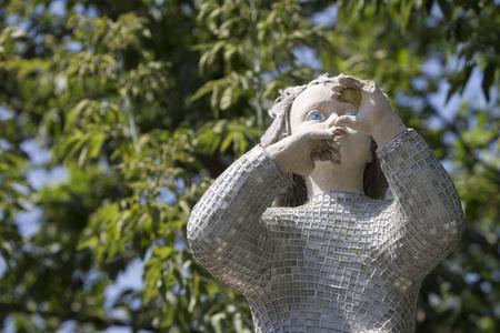 imminence: Escultura de piedra de una niña en el parque. Kiev, Ucrania. Verano 2015