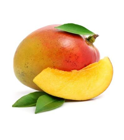 mango fruta: de mango fresco con frutas cortadas y las hojas verde sobre fondo blanco aisladas
