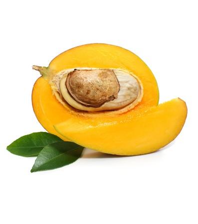 mango: świeżych owoców mango z ciętych i zielone liście wyizolowanych na białym tle Zdjęcie Seryjne