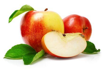 manzana: manzana roja con cortar las frutas y hojas verdes aisladas sobre fondo blanco