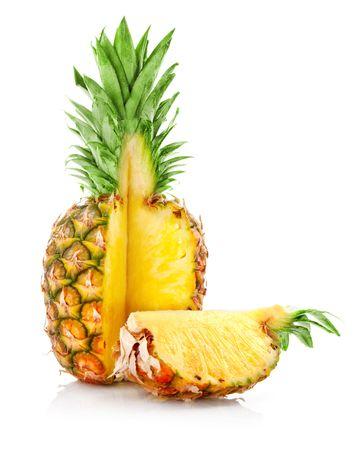 pi�as: fruta madura ananas con corte aislado sobre fondo blanco