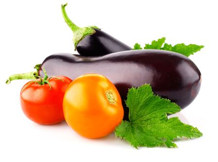 verduras verdes: berenjenas frutas vegetales con tomates y hojas verdes aislados sobre fondo blanco  Foto de archivo