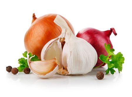 cebolla blanca: verduras de ajo y cebolla con especias de perejil aislados sobre fondo blanco