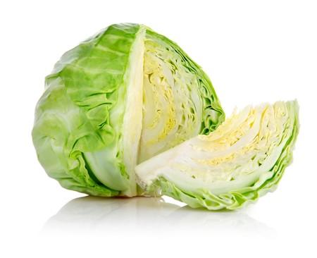 Repollo: coles verdes frescas con corte aislado sobre fondo blanco