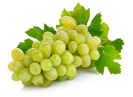 frische Weintrauben Früchte mit grünen Blättern isolated on white background Standard-Bild