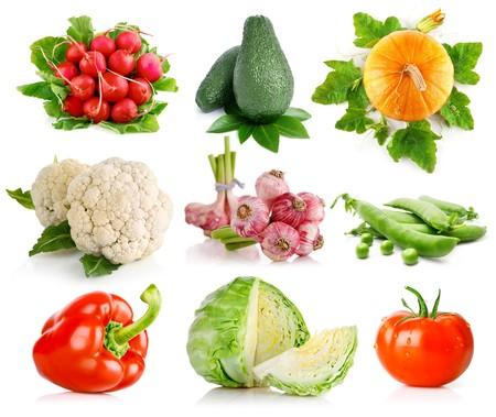 Stel groenten met groene bladeren geïsoleerd op witte achtergrond  Stockfoto