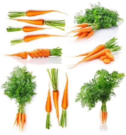 Stel wortel van vers fruit met groene bladeren geïsoleerd op witte achtergrond  Stockfoto