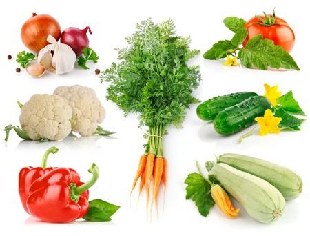 instellen van verse groenten met groene bladeren geïsoleerd op witte achtergrond Stockfoto