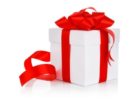 doos met rode strik op een witte achtergrond